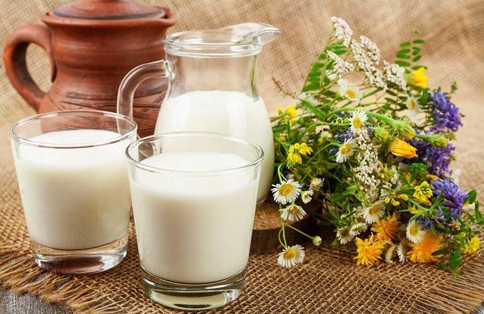 Домашнее коровье молоко и полевые цветы