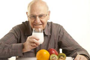 Польза молока для людей пожилого возраста