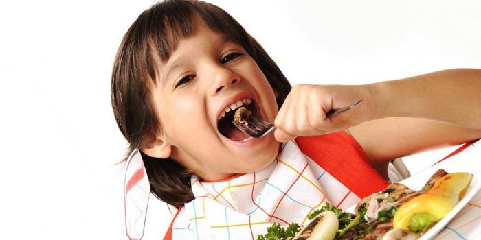 ребенок ест печень