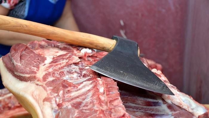 топор и мясо