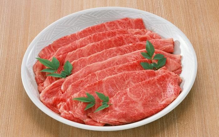слайсы мяса на тарелке