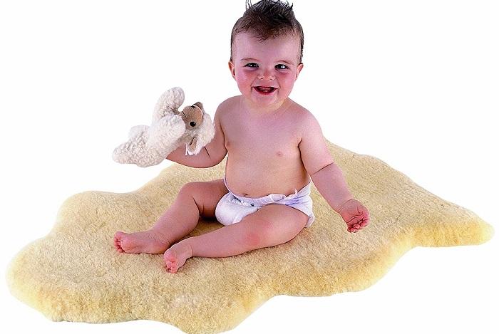 ребенок на овечьей шкуре