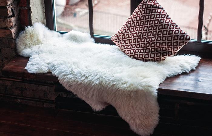 овечья шкура на окне
