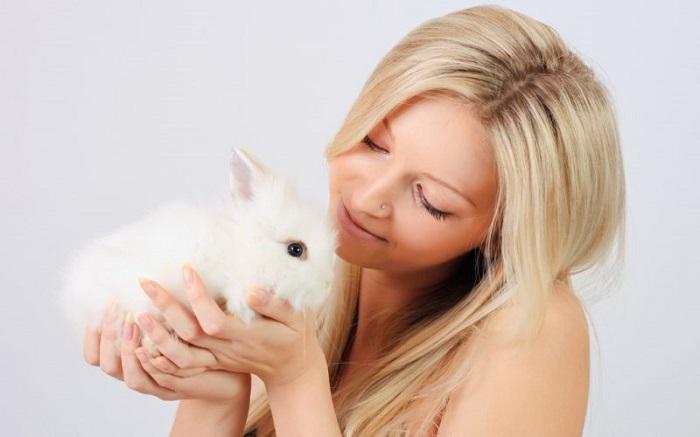 Блондинка с кроликом на руках